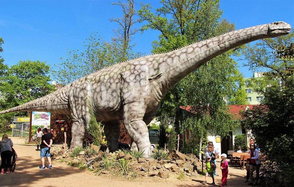 Argentinosaurus měřící 30 metrů patří mezi největší lákadla DinoParku.