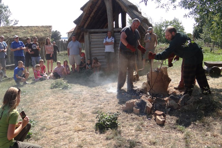 V Archeoparku ve Všestarech se návštěvníci vrátí dávno do minulosti. Okusí, jak žili jejich předkové
