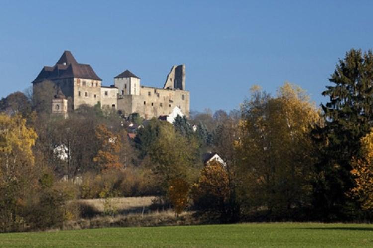 Na hradu Lipnice provázel i Jaroslav Hašek. Hosté mohou navštívit sklepení i archeologickou expozici