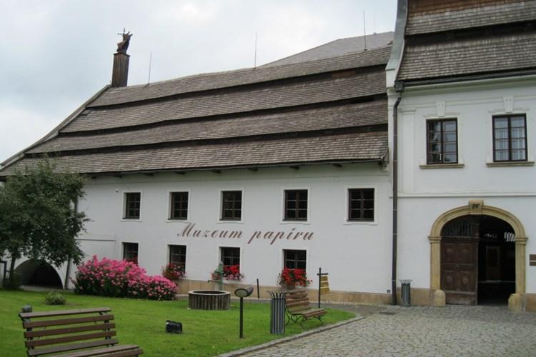 Papírna Velké Losiny je  jednou z posledních evropských svědků starého papírenského řemesla