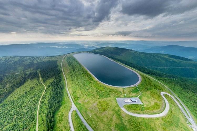 Dlouhé Stráně patří mezi nejzajímavější technické památky v Česku. Pojaly by 15 fotbalových hřišť