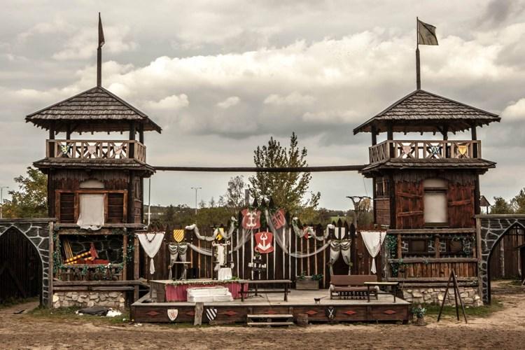 Šermířské duely, pyrotechnické efekty i koňskou show. To a mnoho dalšího nabízí Tvrz HUMMER