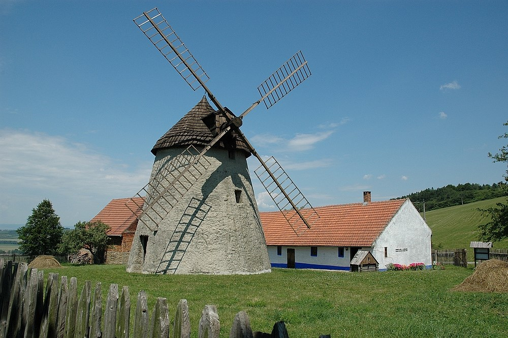 Popis: Větrný mlýn v Kuželově.