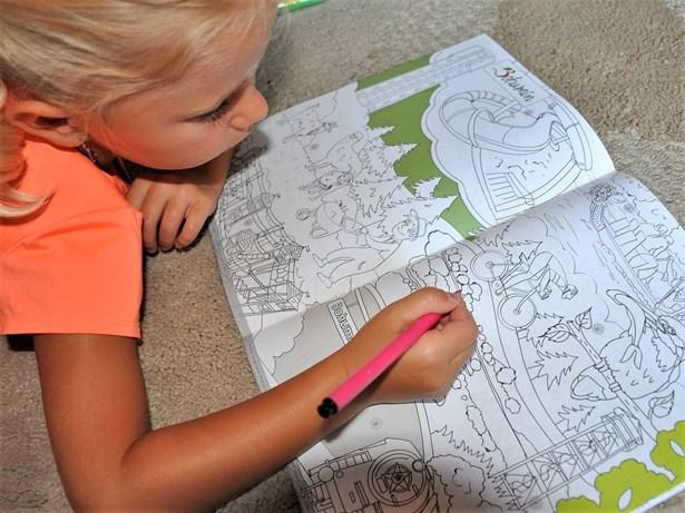 Popis: Bohumínské děti, které půjdou v září poprvé do školy, dostaly knížku s regionálními omalovánkami.