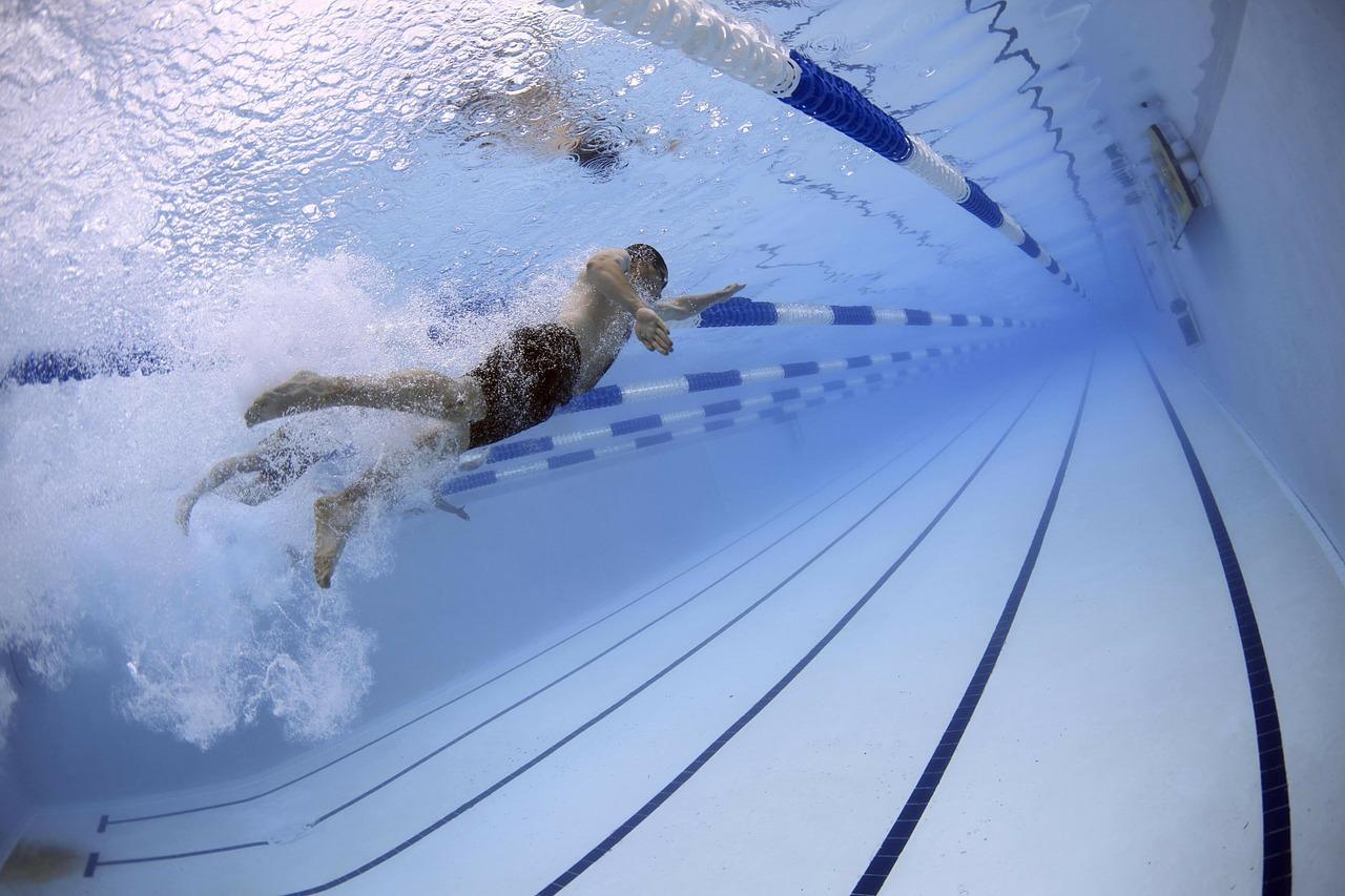 Plavání nezatěžuje klouby. Procvičuje všechny svaly