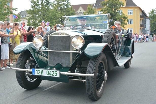 Popis: Do Bohumína se v sobotu sjedou  historická auta.