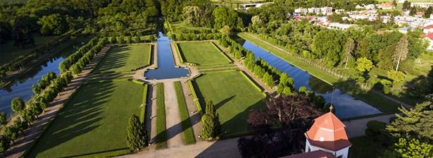 Popis: Pohled na zámeckou zahradu v Holešově.
