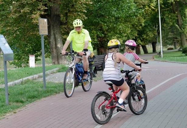 Popis: Český Těšín má novou cyklostezku, po které mohou cyklisté jezdit bezpečně do Beskyd.