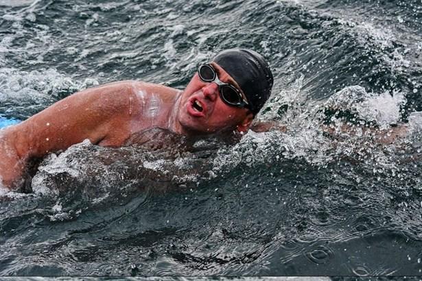 Popis: Jaroslav Chytil se musel vypořádat s chladnou vodou i velkými vlnami.
