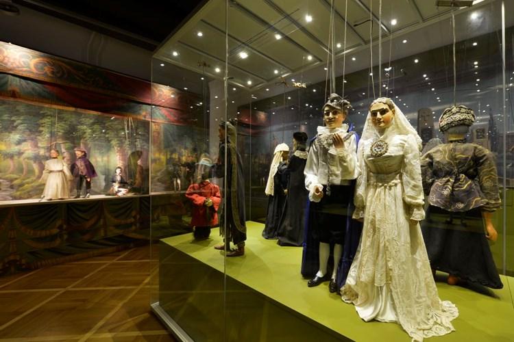 Muzeum dokumentuje vývoj českého loutkářství i různé podoby loutkového divadla ve světě