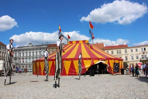 Popis: Horní náměstí ožije divadelním festivalem Znojmo žije divadlem.