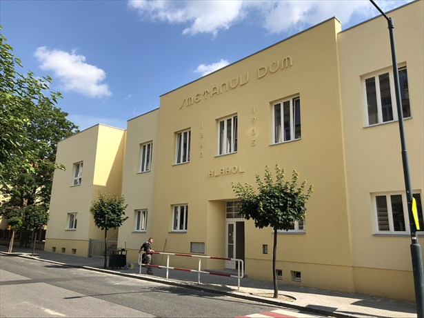 Popis: Budova Hlahol, ve které se nachází třídy prvního stupně základní školy Komenského a jídelna včetně kuchyně.