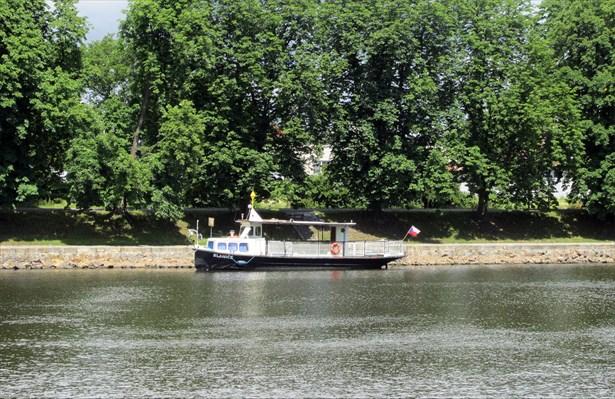 Popis: Od září bude obyvatele i turisty v Nymburce převážet loď přes Labe z jednoho břehu na druhý. Plavby budou zdarma.
