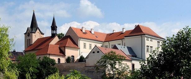 Popis: Pohled na Chvalský zámek.