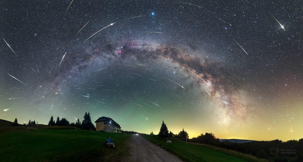 Popis: Kompozitní snímek maxima roje Perseid nad Královou Studňou na Slovensku z roku 2016 zachycuje Mléčnou dráhu a 104 meteorů vylétajících z jednoho místa na obloze – radiantu v souhvězdí Persea.