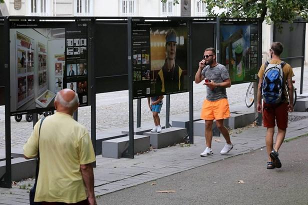 Popis: Ve Smetanových sadech v Plzni je k vidění výstava nazvaná 25 let pomáháme sportovním nadějím.