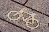 Piktogramy na silnici v Rožnově předchází cyklopruhům