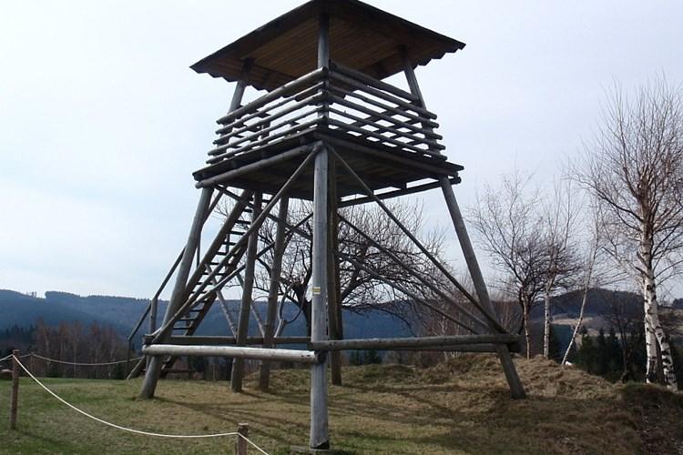 Rozhledna typu posedu nabízí krásné výhledy na Vsetínské vrchy či Radhošť