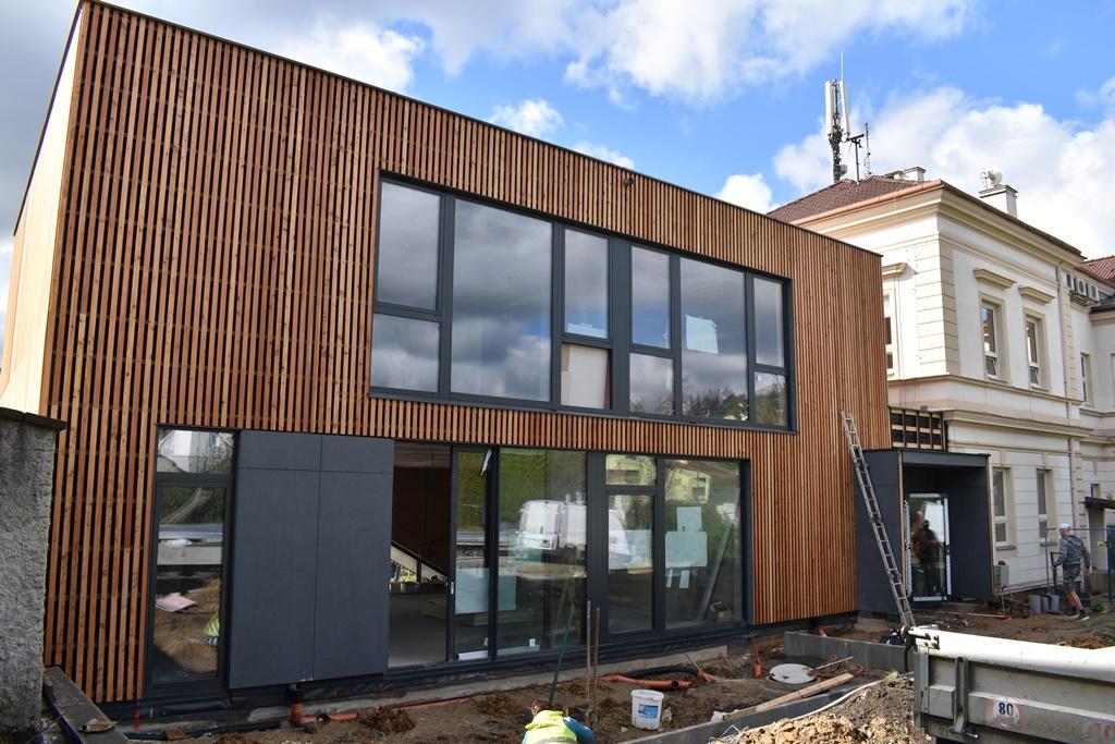 Škola v Újezdě bude mít moderní přístavbu, minimalistický dřevěný hranol