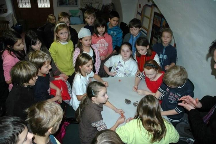 Popis: Snímek zachycuje děti při akci Za tajemstvím trilobitů II, kterou muzeum pořádalo.