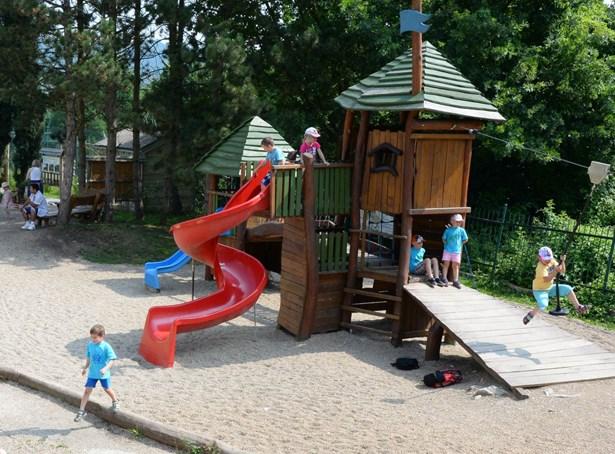 Popis: Dětské hřiště v ústecké zoologické zahradě.