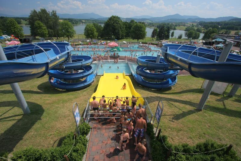 Popis: Aquapark Olešná při letním náporu návštěvníků.
