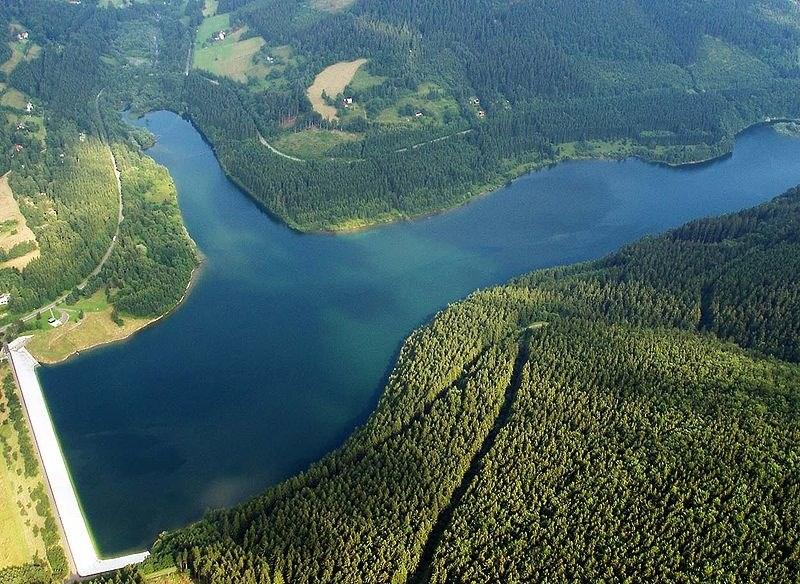 Letecký pohled na přehradu Morávka.