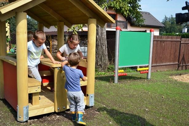 Popis: Třinecké děti si mohou hrát na nových či zrekonstruovaných hřištích.