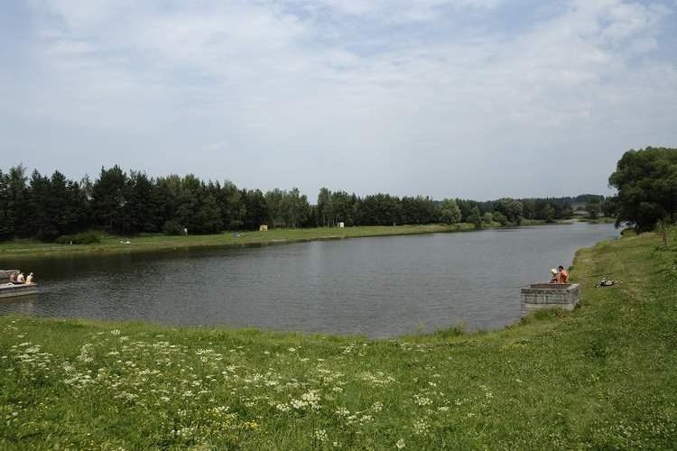Brušperská přehrada nabízí travnaté pláže i půjčovnu vodních šlapadel