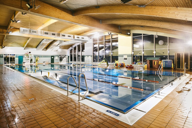 Krytý Bazén Bystřice je otevřený celý rok. Nabízí také možnost saunování