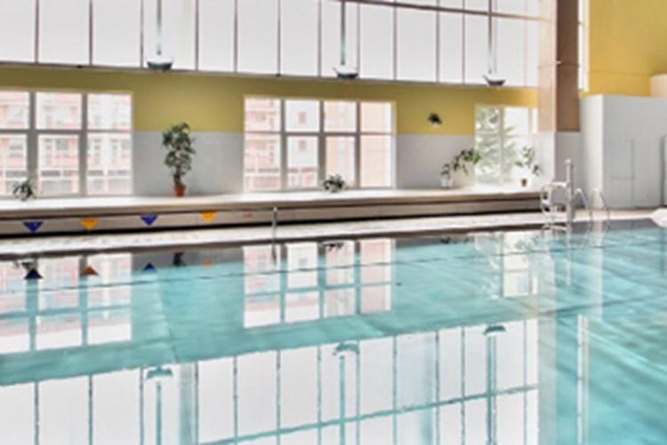 Krytý bazén v létě umožňuje i opalování na přilehlé louce