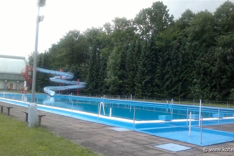 Frýdlantské koupaliště nabízí možnost zaplavat si přímo pod horami