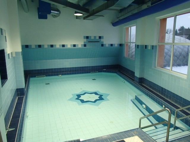 Krytý bazén na Kotelně slouží hlavně k relaxaci. Večer je krásně podsvícený