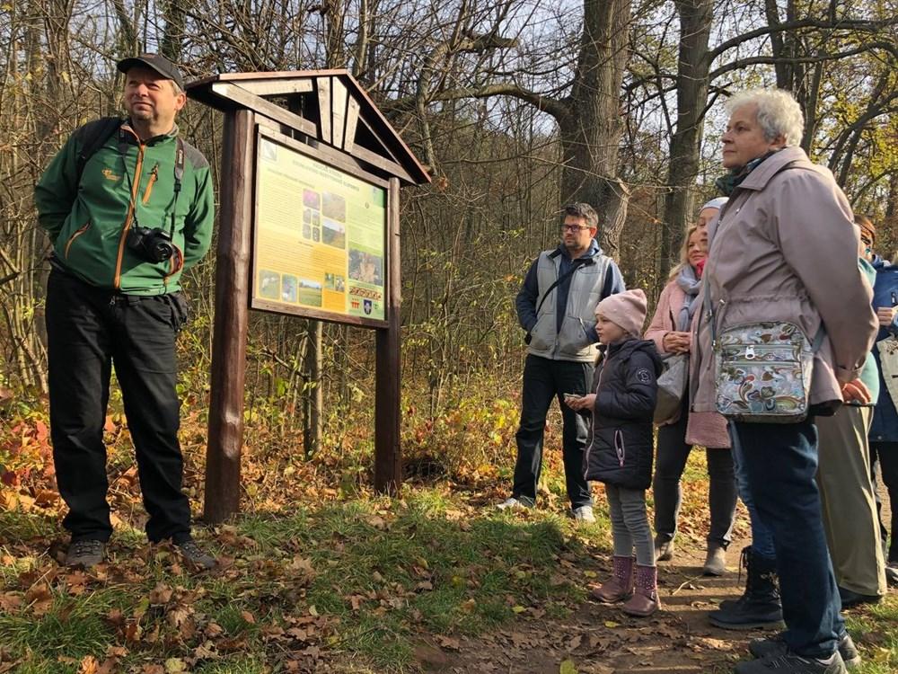Popis: V neděli 17. listopadu otevřeli v Moravském Krumlově znovuobnovenou Naučnou stezku Krumlovsko-rokytenské slepence.