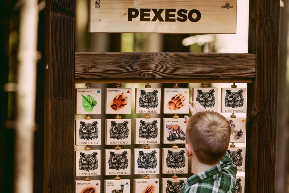 Popis: Pexeso, které je součástí Pohádkové stezky v Hlinsku.