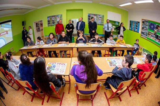 Popis: Děti ze ZŠ Školní v Havířově-Šumbarku se učí ve dvou nových učebnách.