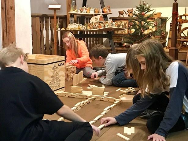 Popis: O pololetních prázdninách si děti budou moct v Domě Scheybalových v Jablonci nad Nisou stavět s dřevěnými kostičkami.
