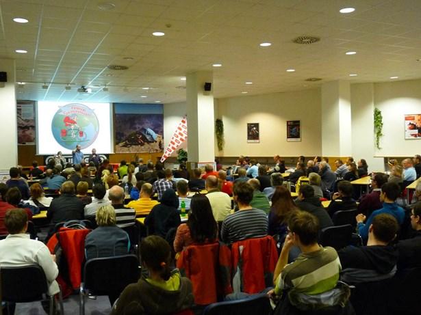 Popis: Publikum při festivalu Cyklocestování v Hradci Králové.