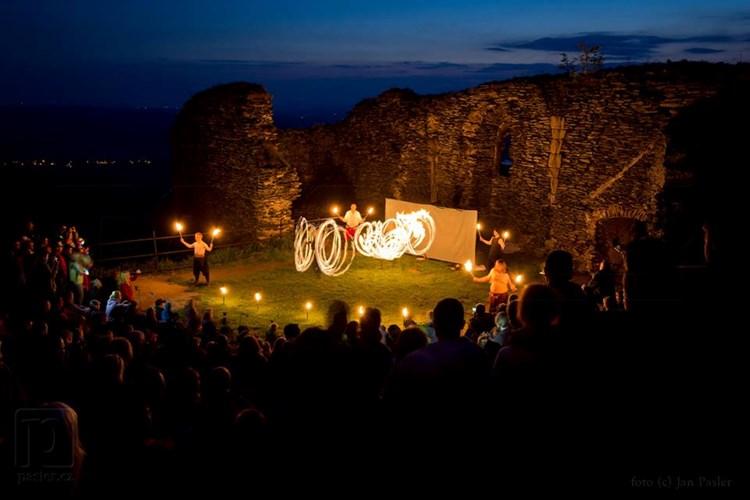 Keltský večer na Bezdězu nabídne ohňovou show i irskou a ostrovní muziku
