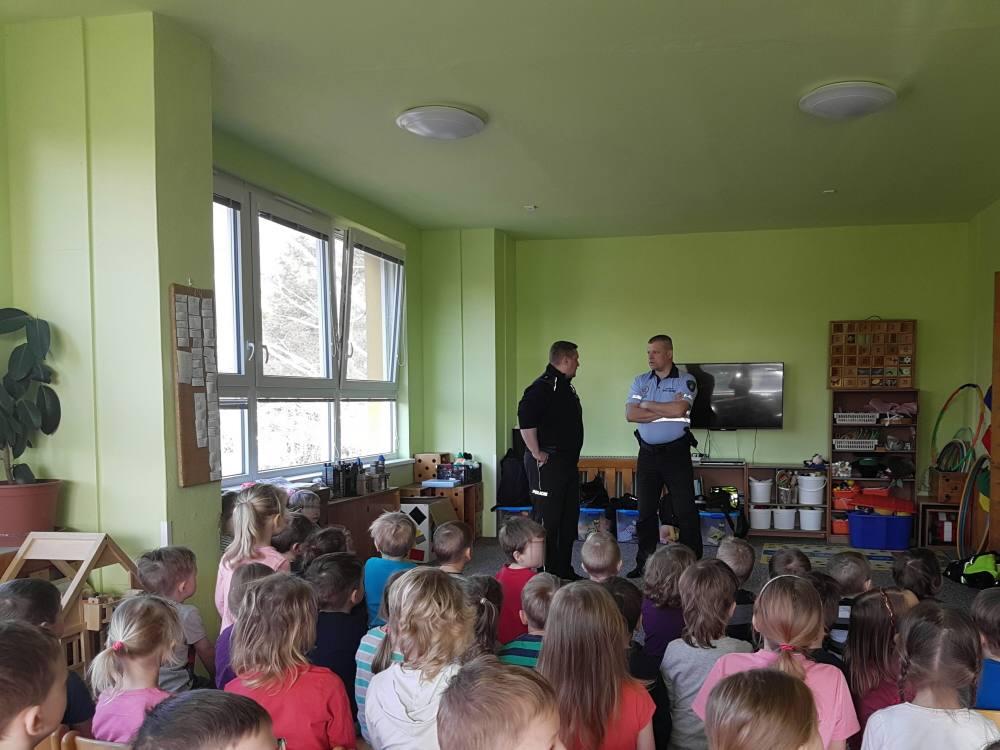 Policisté a obecní strážníci navštívili děti v MŠ ve Štěpánově