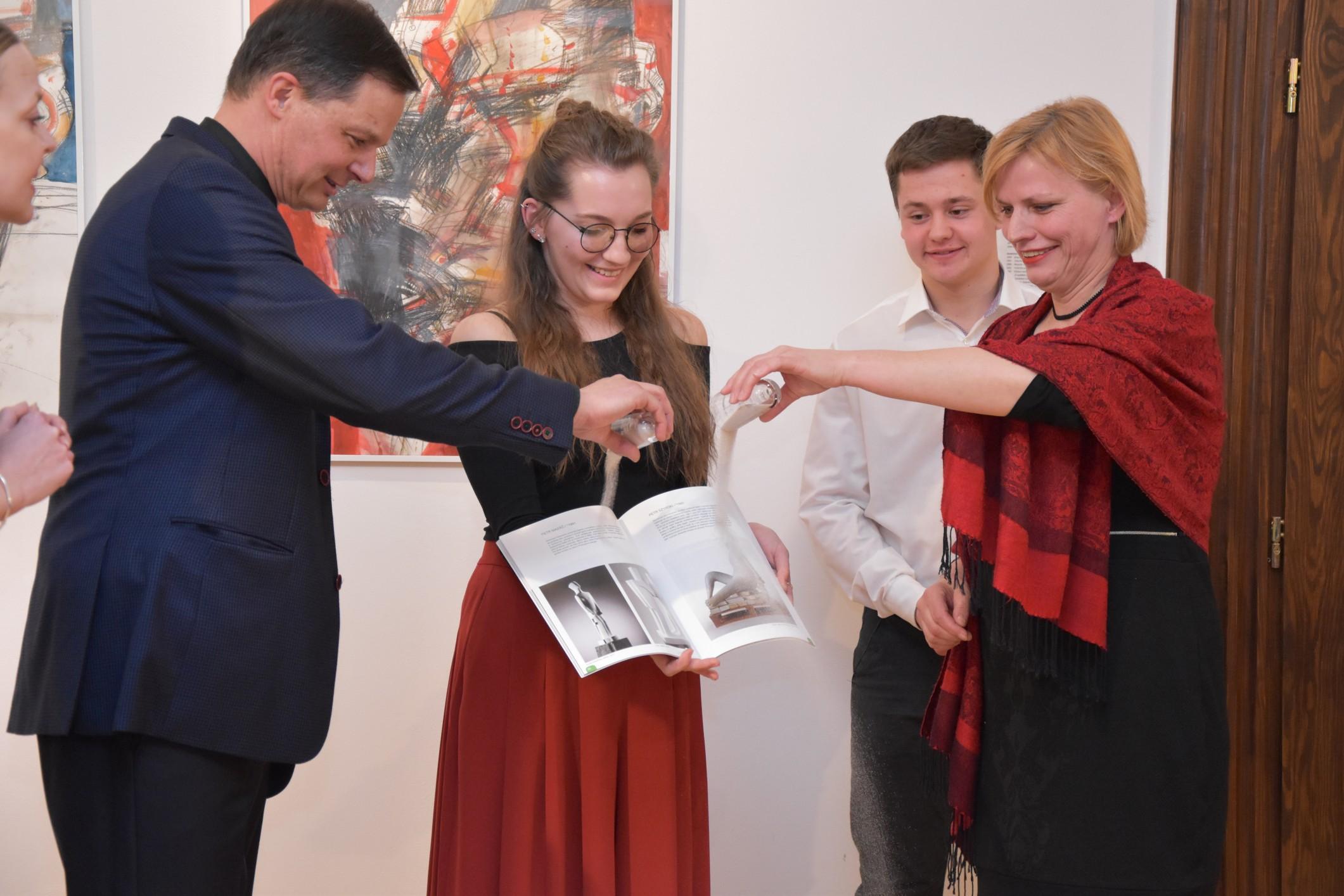 Sklářská škola oslavuje 75 let výstavou i almanachem