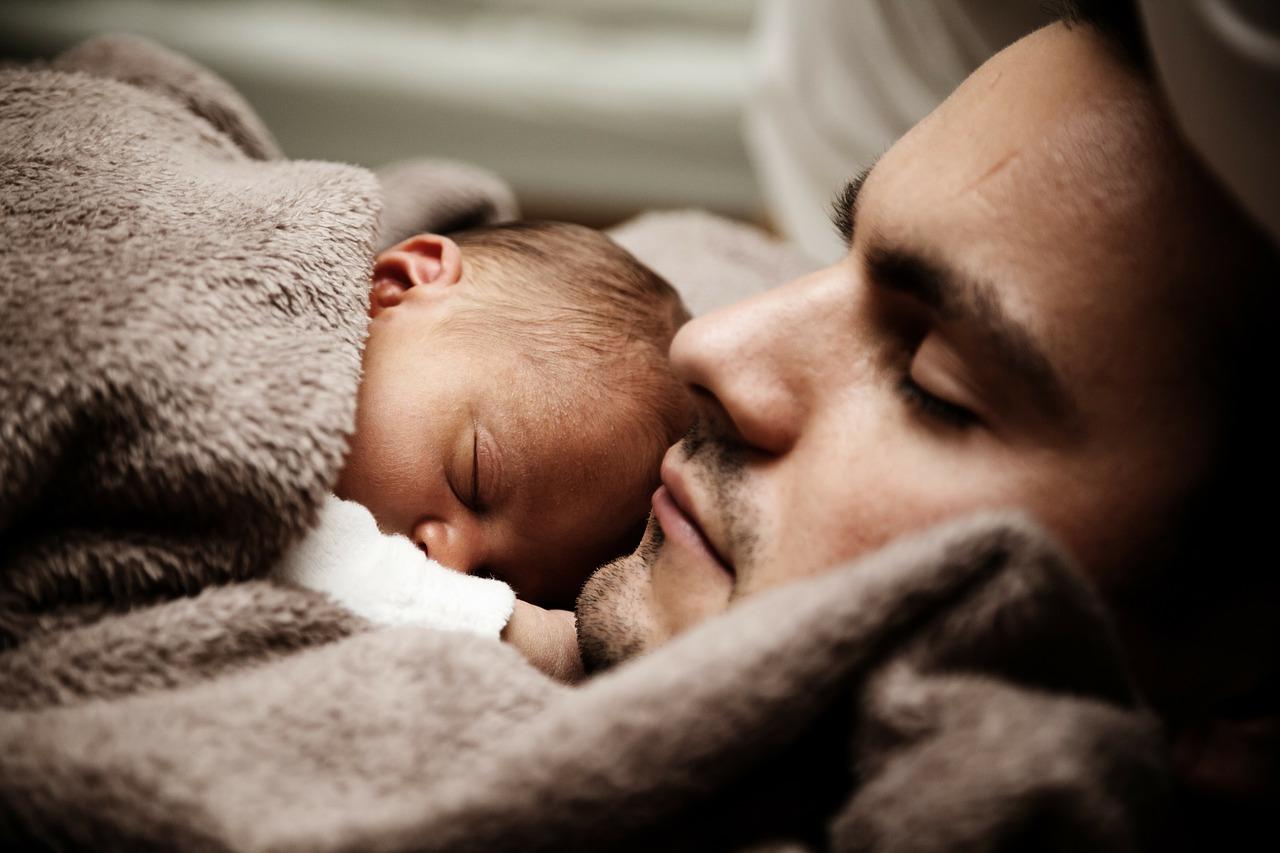 Rok otcovské dovolené: S novorozencem zůstaly doma desítky tisíc otců