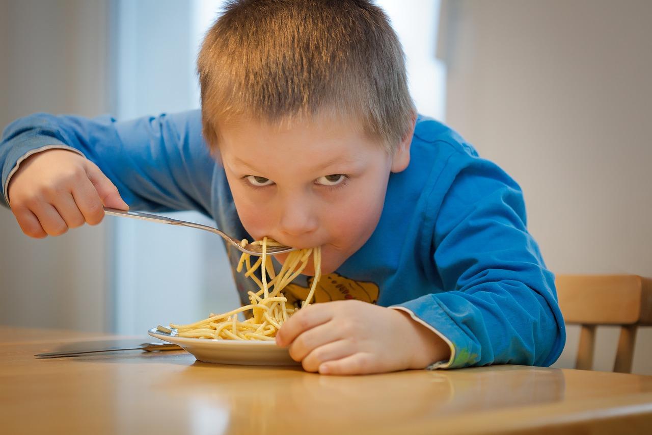 Plýtvání potravinami ve školních jídelnách pokračuje, některé školy ale ukazují, že existují možnosti zlepšení