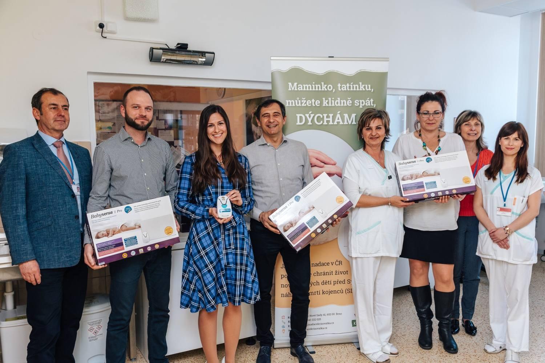 Nové monitory hlídají dech novorozenců v Kroměřížské nemocnici, věnovala je Nadace Křižovatka