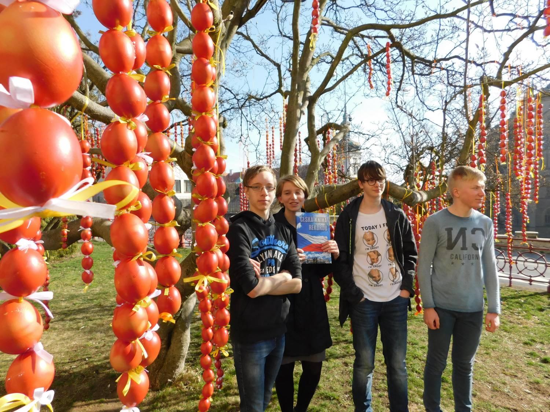 3741 červených kraslic na jednom stromě. Žáci přivítali jaro rekordem