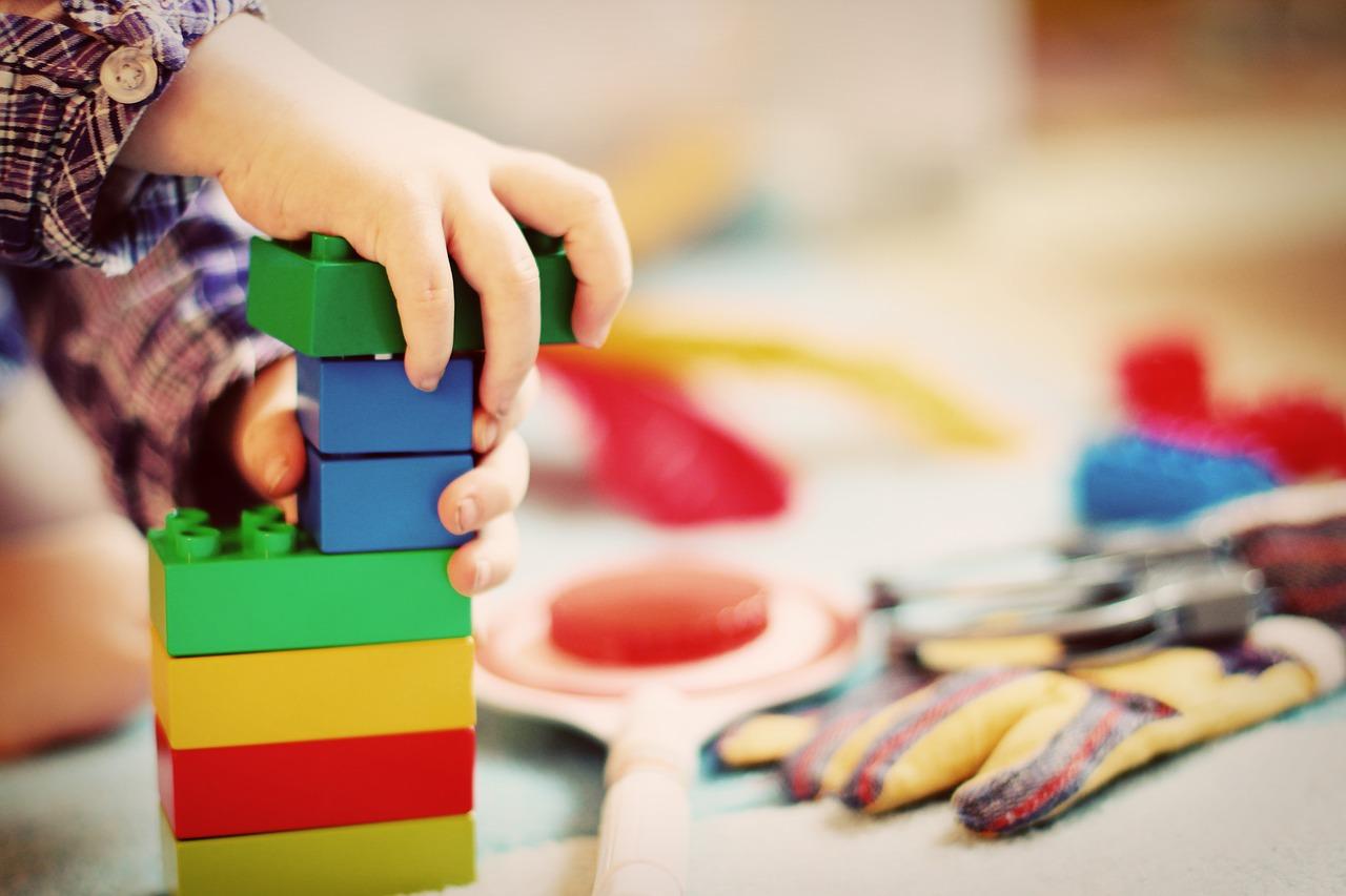 Rodiče děti často zaplavují špatnými hračkami, nechápou dobře jejich význam