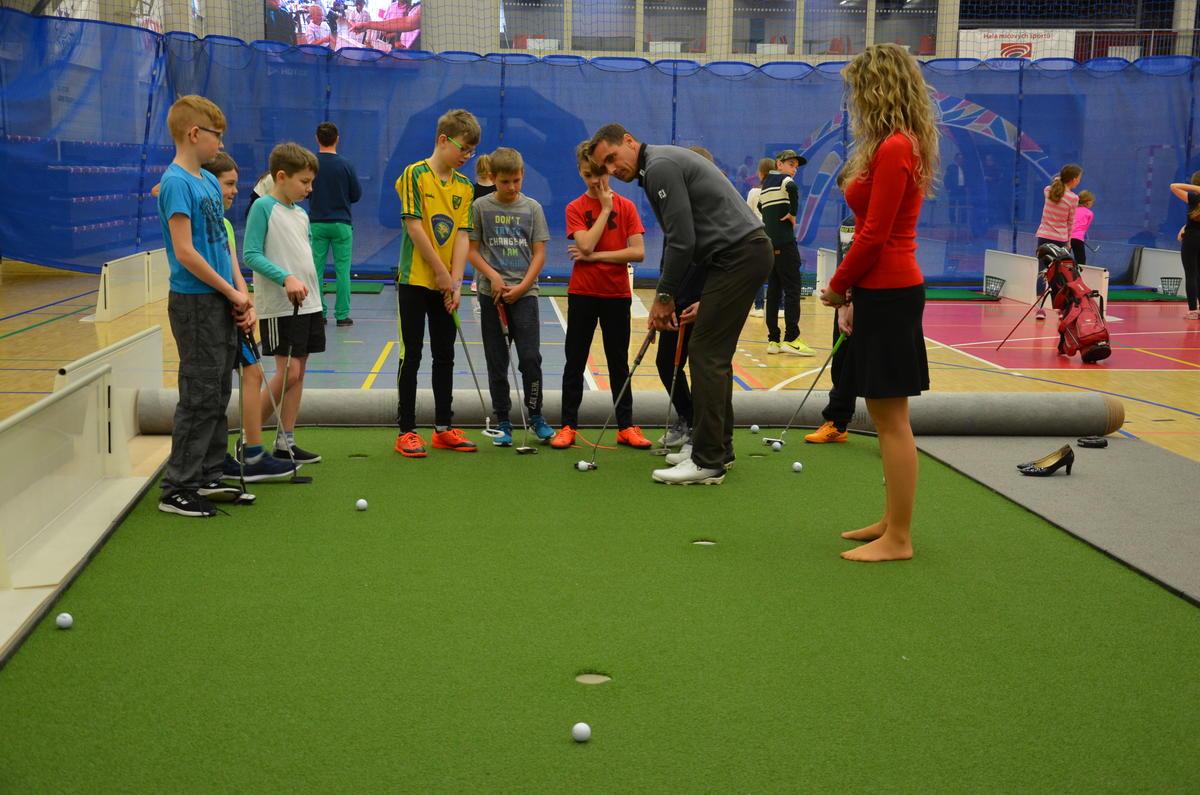 Tři sta školáků si vyzkoušelo sport, který jinak ve škole příliš nepotkají. Golf