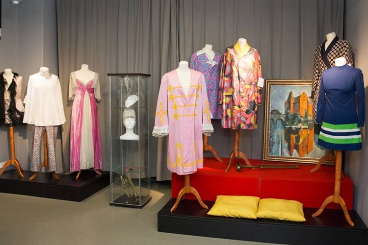 Výstava kostýmů a fotografií připomíná filmy, v nichž se představil Oldřich Lipský