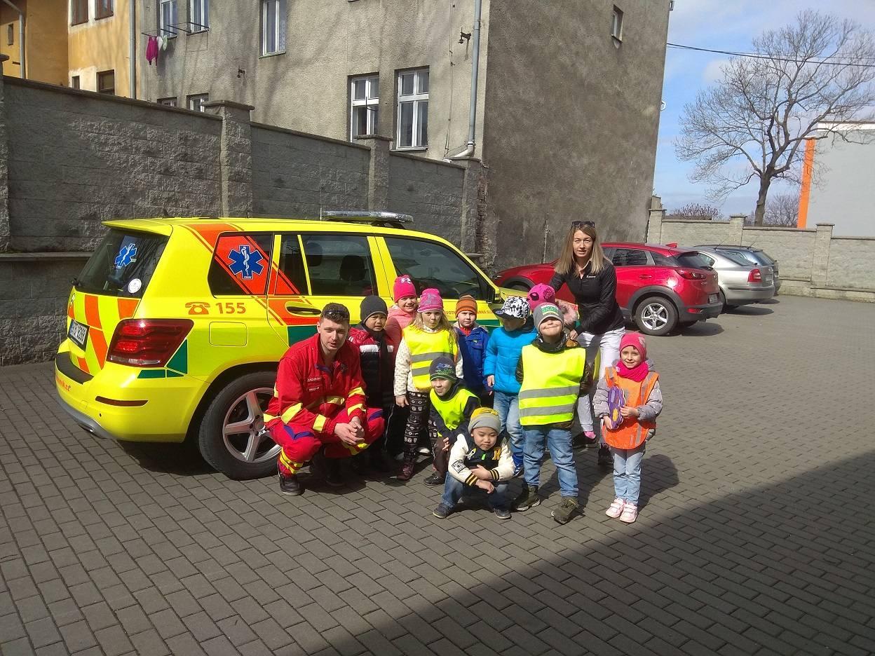 Děti z mateřinky navštívily vítkovské záchranáře. Prohlédly si sanitky a dozvěděly se, jak by mohly podat první pomoc