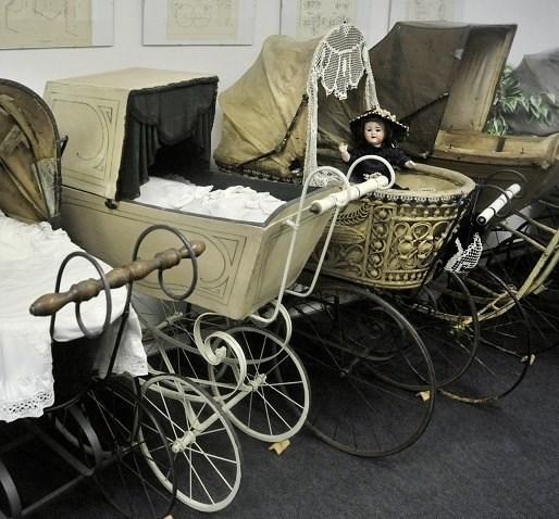 Muzeum zachycuje vývoj dětských kočárků z celého světa od doby přibližně 1760 až do roku 1970